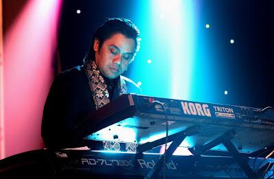 Musicisti virtuosi suonano il pianoforte con il pene: guarda il video
