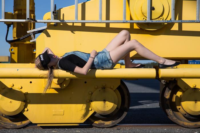tyttö makaa keltainen nosturi mallikuvaus henkilökuvaus valokuvaus_
