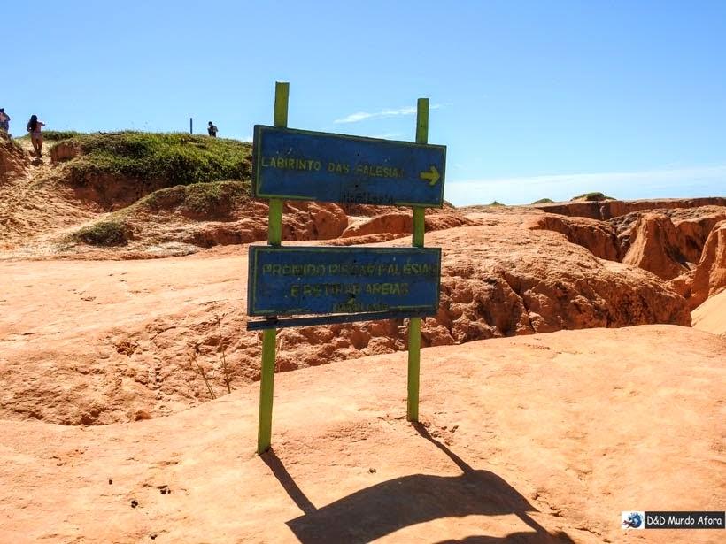 Não dá para ler direito, mas aí na placa diz que é proibido riscar as falésias e retirara areia em Morro Branco