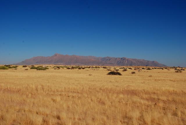 le curieux massif de Brandberg surgit de la savane tel un mirage