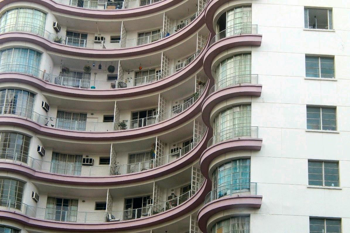 Detalhe de fachada de edifício residencial no centro de São Paulo.