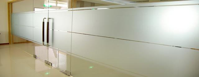 Dán kính văn phòng bằng decal dán kính mờ
