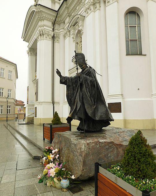Pomnik Jana Pawła II przez Bazyliką Ofiarowania NMP.