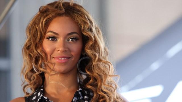 Beyoncé canta en español por los damnificados de los huracanes