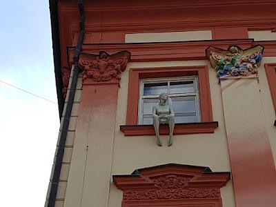 palazzo con statua alla finestra