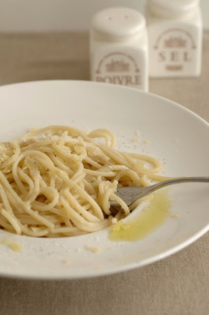 Spaghetti alla chitarra con olio appena franto e scaglie di Vezzena stagionato