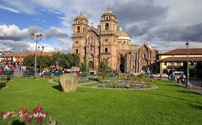 Sejarah Perkembangan Negara Peru        Peru,merupakan Negara terbesar ketiga dibenua Amerika Selatan,terdiri atas gurun pasir yang luas,daerah pegunungan yang dingin dan menakutkan dan tanah dataran rendah yang lembap dan panas.pernah berkdudukan sebagai sumber kekayaan dan kekuasaan bangsa Spanyol di Amerika Selatan,hingga kini Peru masih merupakan Negara yang paling besar dan paling padat penduduknya diantara bangsa dipegunungan Andes. Penduduknya terdiri atas keturunan para penakluk Spanyol yang terpelajar,kaya raya,dan hidup dikota pesisir atau perkebunan luas serta orang Indian asli yang hidup dibukit-bukit pegunungan Andes dan tetap mempertahankan adat kebiasaan leluhur Inka mereka.Dibeberapa daerah yang terpencil di Amazon tinggal beberapa kelompok suku Indian yang hidup dengan cara yang selama 1000 tahun tidak mengalami perubahan dan berbicara dalam bahasa yang hanya dimengarti oleh mereka sendiri.Perbedaan yang demikian mencolok antara sikaya dan simiskin,kehidupan duniawi dikota dan kehidupan primitiv,dan terciptanya kelas menengah baru yang terdiri atas pegawai negeri,petani,dan kaum profesioanl dan para eksekutif   Bisnis,guru,pekerja,pedagang,semuanya mempengaruhi karakter bangsa Peru. Negeri ini masih memperlihatkan kesan kebudayaan Indian kuno dan penakluk spanyol yang   Referensi  http://wartasejarah.blogspot.co.id/2015/06/perkembangan-negara-peru.html