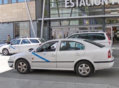 Typowa biała taksówka czekająca na lotnisku w Maladze.