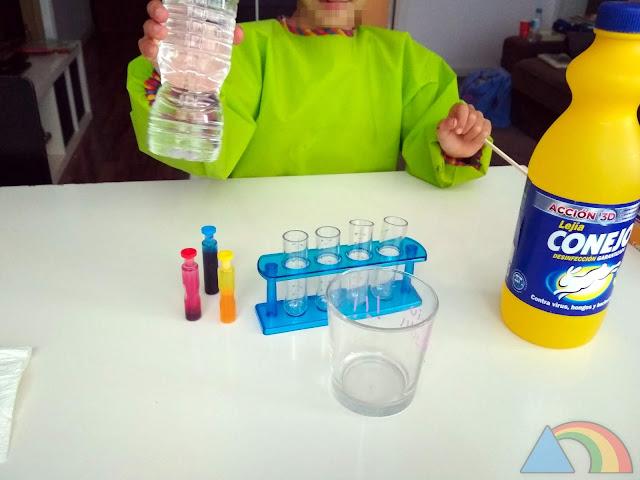 Preparando los tubos de ensayo con agua y colorante
