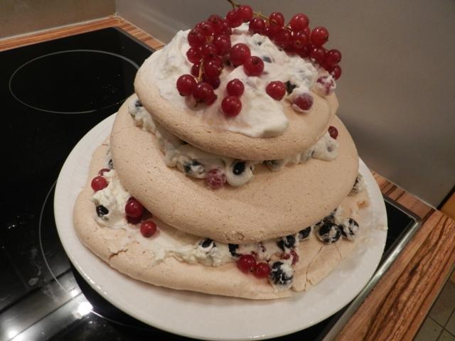 Baiser Torte mit Ribisel und Preiselbeeren