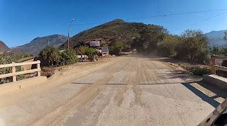 Mais estrada de terra na saída de Comarapa / Bolívia.