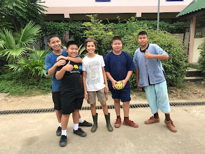 Junto con otros niños durante el viaje solidario