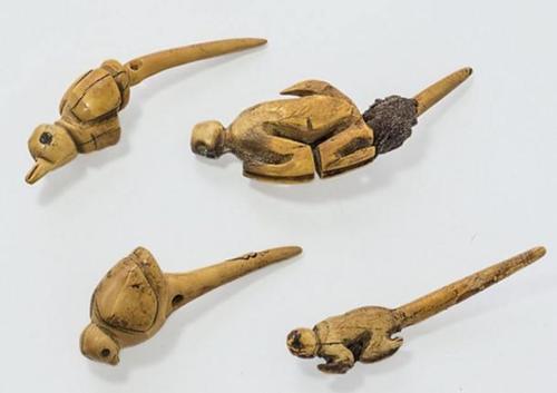 Las tallas muestran animales de la cosa y de la selva.