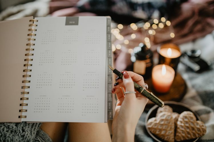 woman with a calendar and pen planning her wedding