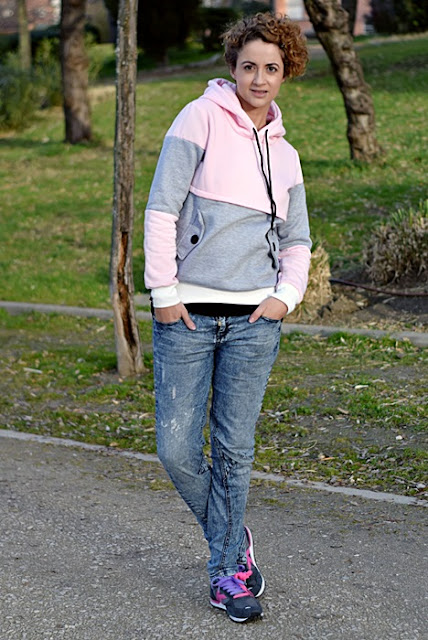 Outfit-sudadera-color-block-rosa-gris-3
