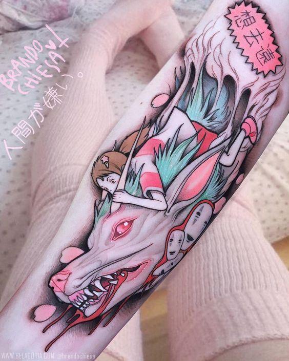 Vemos un Tatuaje anime de color rosa