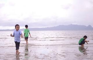 anak kecil di pantai