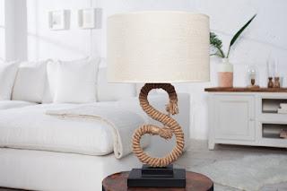 Stolní lampa so stojanem v tvare S.