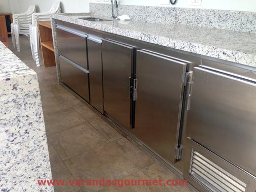 Balcão refrigerado com 2 portas e meia em aço inox escovado + fórmica texturizada