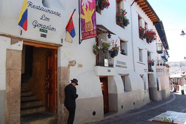 Los ladrillos de quito casa de los geranios for Cafe el jardin centro historico