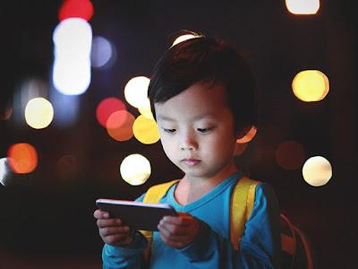 وجد التصوير بالرنين المغناطيسي اختلافات كبيرة في أدمغة بعض الأطفال الذين استخدموا الهواتف الذكية والأجهزة اللوحية وألعاب الفيديو أكثر من سبع ساعات في اليوم.  حصل الأطفال الذين أمضوا أكثر من ساعتين في اليوم من وقت الشاشة على درجات أقل في اختبارات التفكير واللغة.