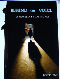 Portada del libro Behind the Voice, de Cassi Gray