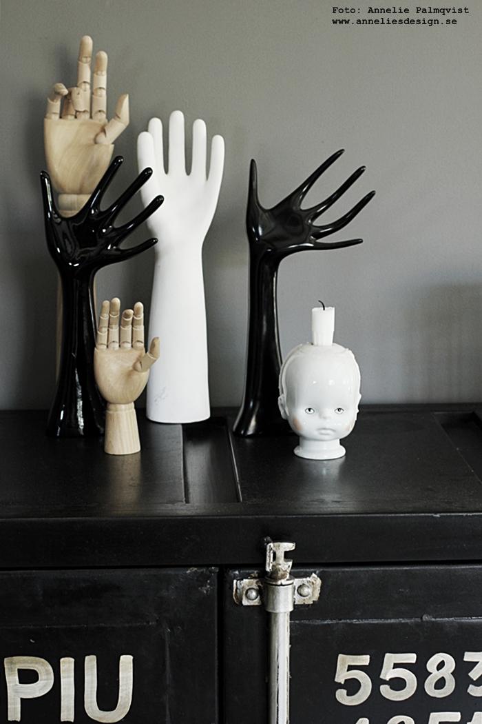 hand, händer, loppis, loppisfynd, bakluckeloppis, varberg, ljusstake, industri, industriellt skåp, containerskåp, container, svart vitt och natur, vitt, grått, svart, svarta,