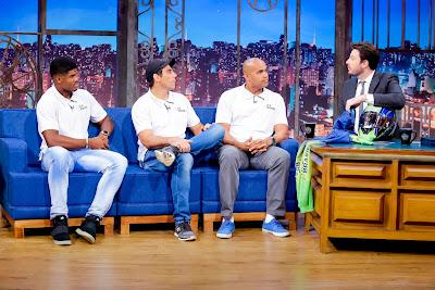 Erick, Odirlei e Edson com o apresentador (Crédito: Gabriel Cardoso/SBT)