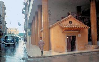 Τι κρύβεται κάτω από το εκκλησάκι που βρίσκεται στις κολώνες του πρώην Υπ. Παιδείας
