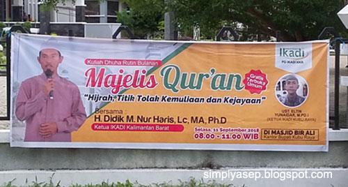 SPANDUK : Salah satu spanduk kegiatan IKADI KALBAR Majelis Quran ini dipasang diberbagai sudut termasuk di depan Kantor Bupati Kubu Raya. Foto Asep Haryono