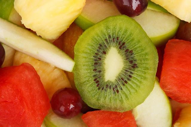 Cuando se trata de unas deliciosas ensaladas de frutas puedes dejar volar tu imaginación y combinar todo tipo de deliciosos manjares de la naturaleza. Usa las frutas que mejor se amolden a tus gustos pero recuerda siempre usar una cantidad balanceada de cada una, de esta manera obtienes diversidad y una variedad de sabores que son maravillosos para el paladar,