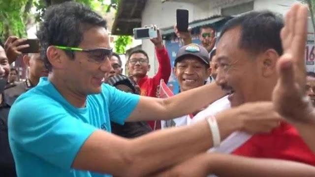Disambut Pendukung Jokowi di Tuban, Sandiaga Malah Mengalungkan Sorban