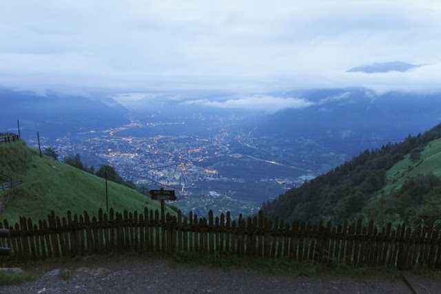Ausblick über das Etschtal von Dort Tirol am Abend...