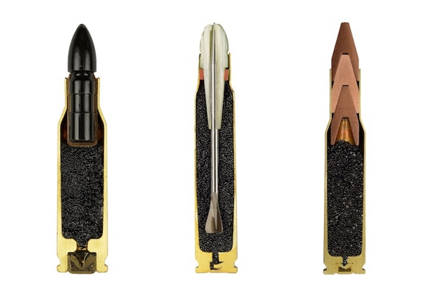 Tres cartuchos cortados, uno con munición flechette.