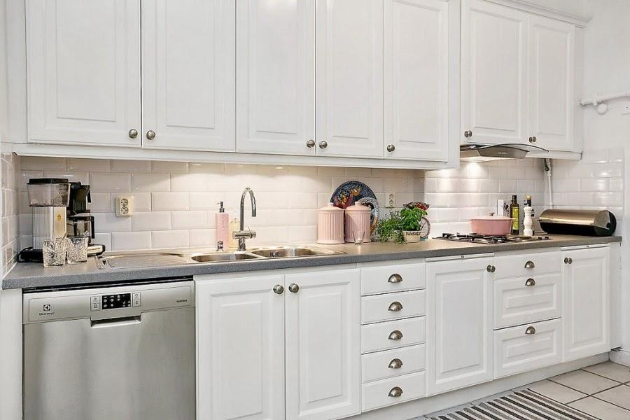 Mieszanka stylów w palecie szarości, wystrój wnętrz, wnętrza, urządzanie domu, dekoracje wnętrz, aranżacja wnętrz, inspiracje wnętrz,interior design , dom i wnętrze, aranżacja mieszkania, modne wnętrza, biała kuchnia, styl skandynawski, pojemniki ceramiczne, dodatki do kuchni