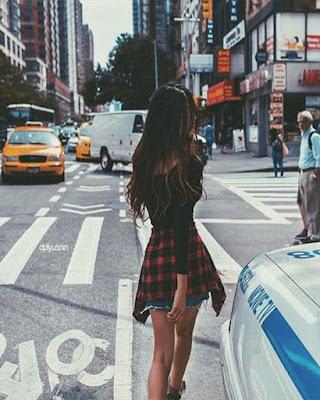 pose tumblr de espalda en la calle