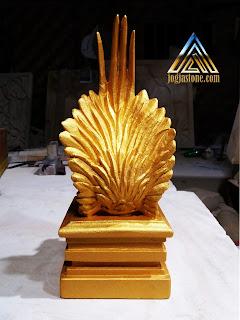 Patung ayam kate dibuat dari batu alam paras jogja/batu putih yang di cat emas