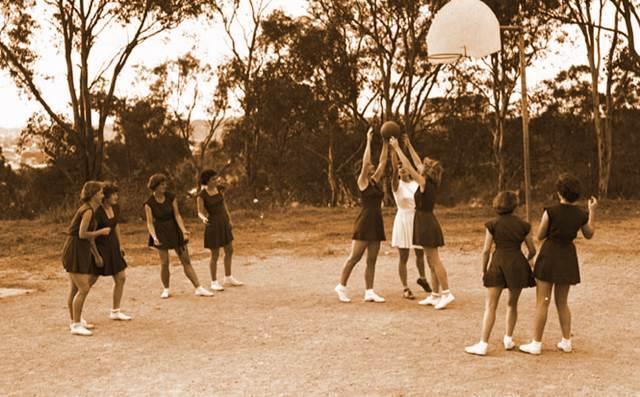 Mujeres jugando baloncesto en el siglo 20