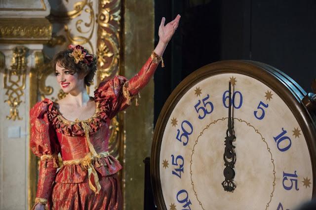 Houdini, minissérie figurino, vestido da Bess (Kristen Connolly), cena show vestido assistente de palco, vermelho com babados
