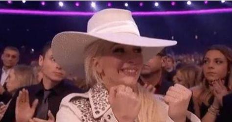 Lady Gaga cita bordão de música de Simone e Simaria no Facebook
