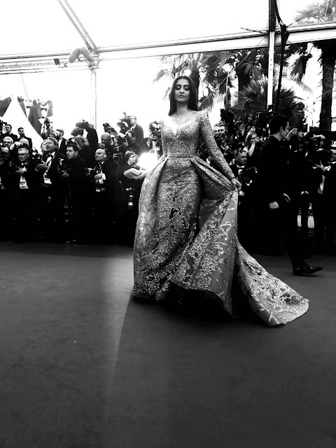 sonam kapoor on red carpet day2 at cannes