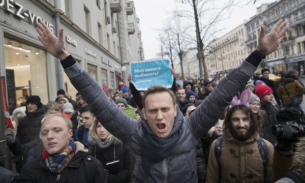 O líder da oposição russa, Alexei Navalny, diz ter sido detido polícia na quinta-feira (22) quando saia de um consultório dentista.