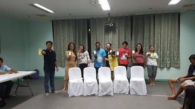 Молодые бахаи показывают на телефонах книгу Института Рухи