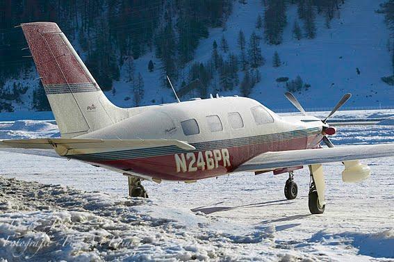 Flugzeug in Samedan mit Reif