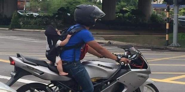 Dihujat Karena Bawa Bayinya Seperti ini, Alasan Pria ini Ternyata Sungguh Mengharukan Netizen !!!
