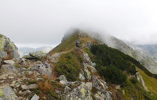 Wierzchołek Pośredniej Magury w chmurach.