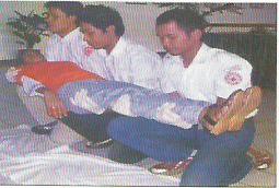 Penderita Diangkat Di Atas Lutut Ketiga Penolong
