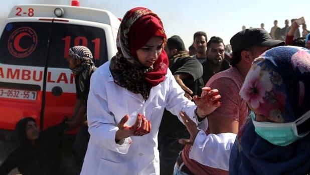 Razan Al Najjar saat bekerja menjadi paramedis (kerudung merah)