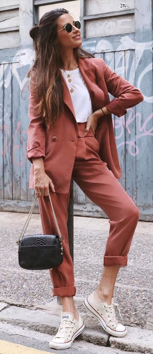 comfy outfit to wear for work : brown suit + bag + converse + white tee