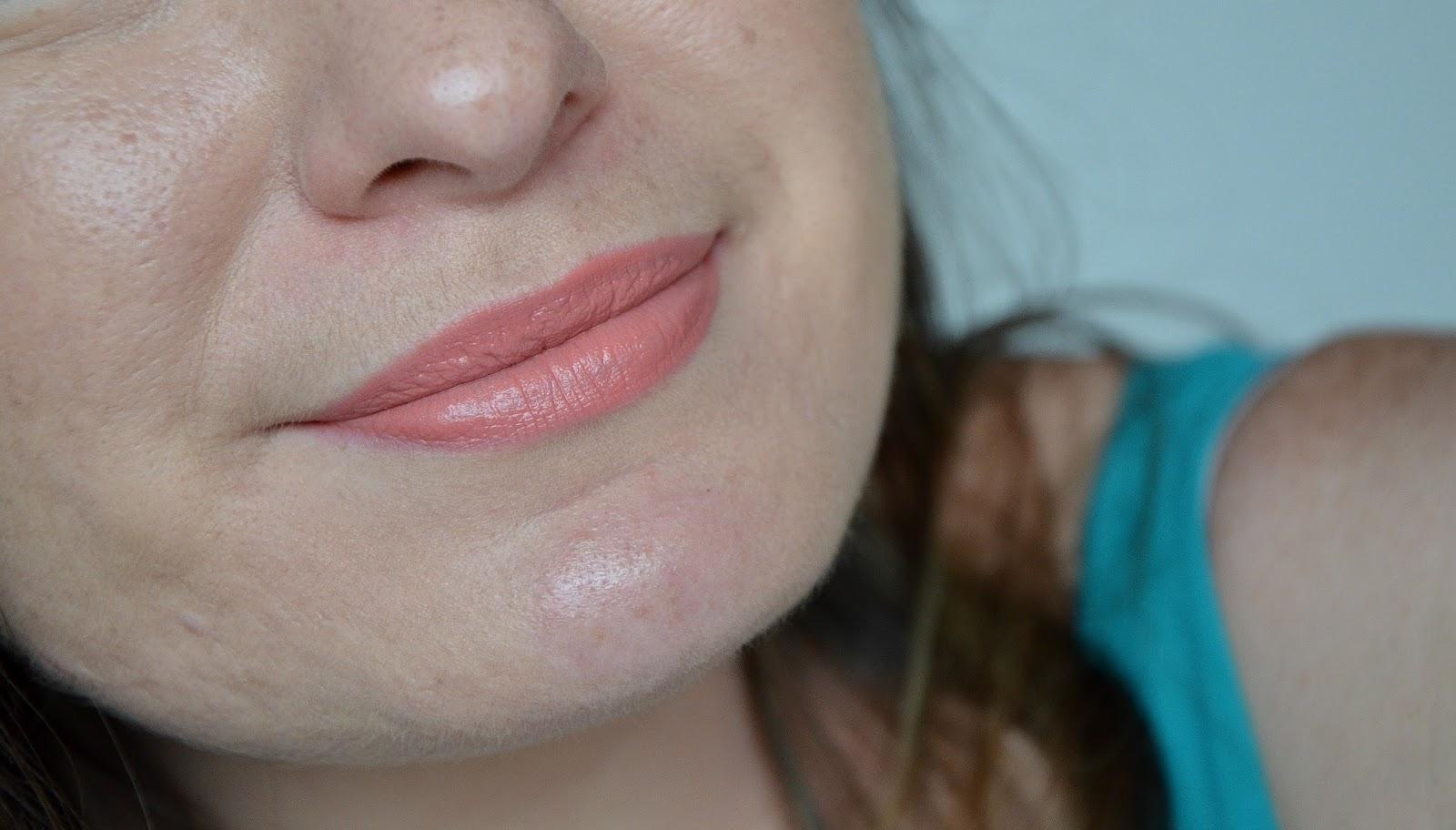 L'Oréal Paris Rouges à lèvres infaillible lip paint matte 201 hollywood beige swatch